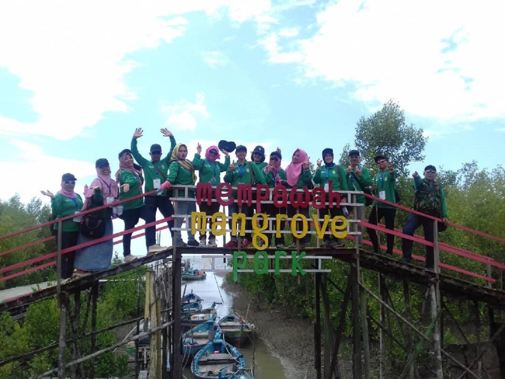 Wisatawan sedang menikmati suasana alam mangrove dari jembatan