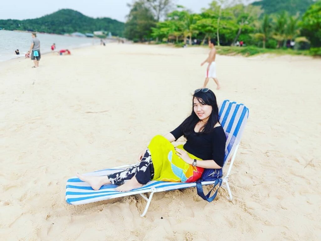 Bersantai di tepi pantai