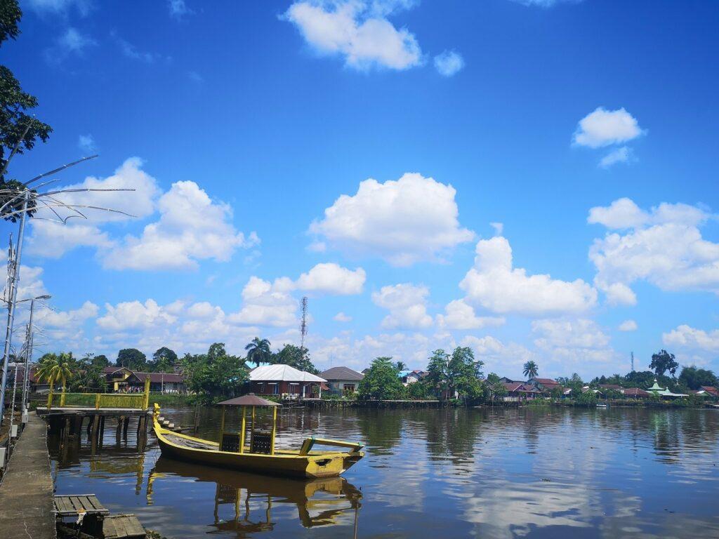 Menikmati panorama tepi sungai yang tak jauh dari isatana