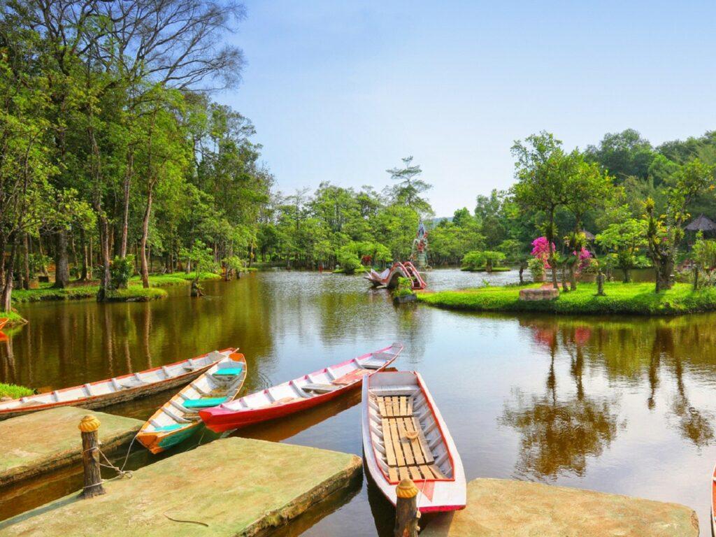 Naik kano di danau buatan yang ada di dalam taman
