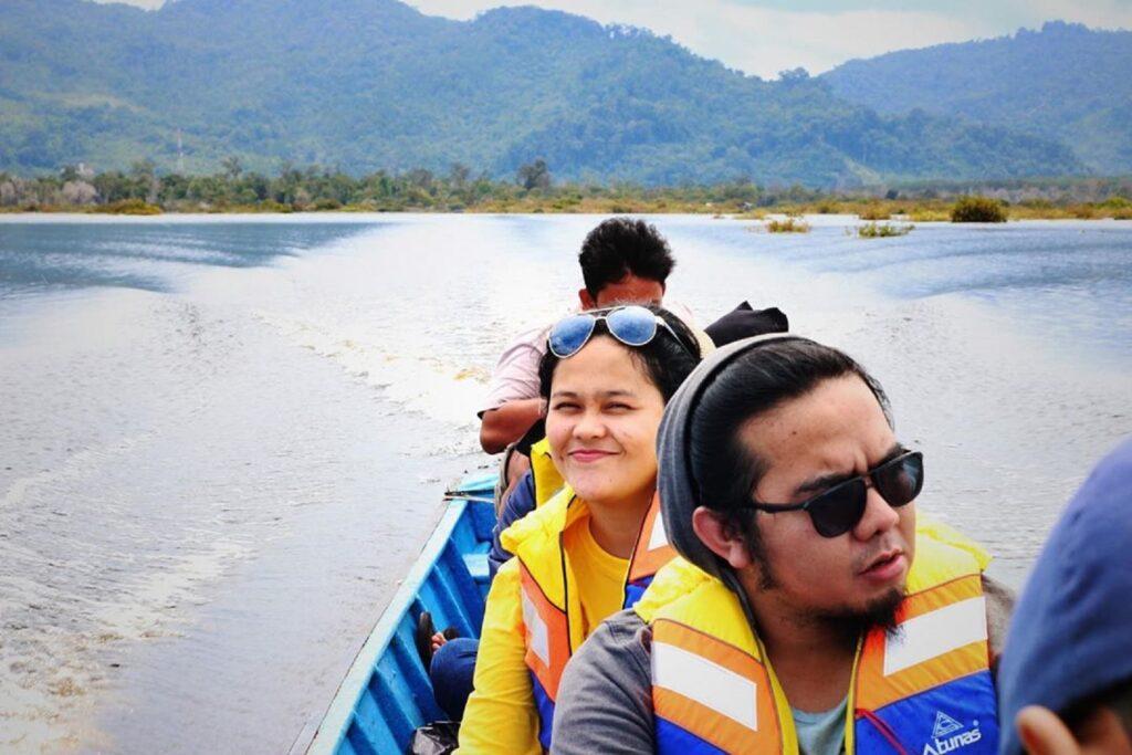 Naik perahu menyusuri area danau