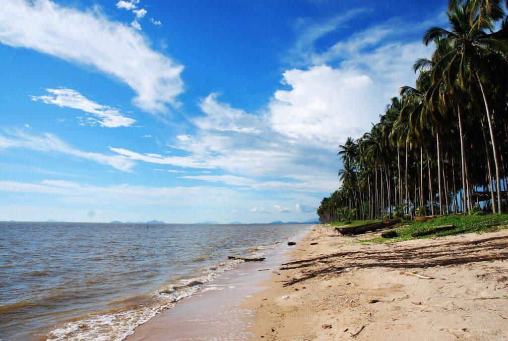 Panorama garis pantai dengan pasir putih