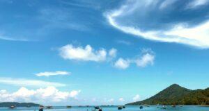 keindahan panorama laut biru pulau lemukutan