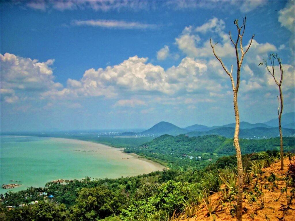 Panorama laut dan pegunungan dari puncak rindu alam