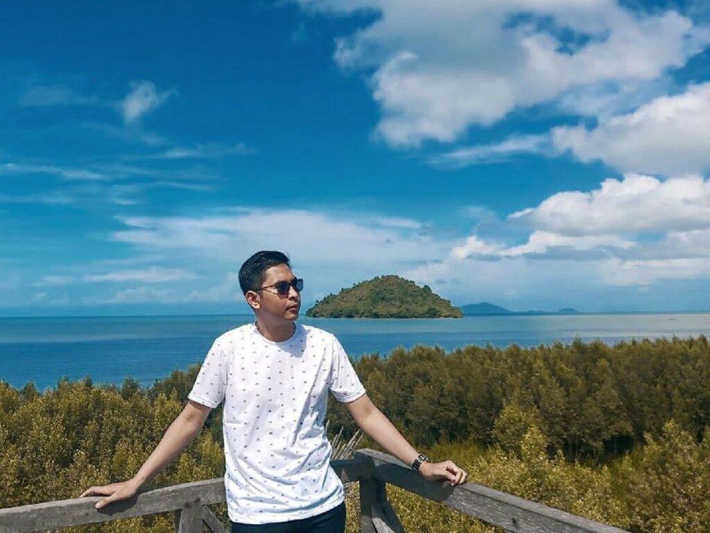 Panorama laut dan pulau di sekitar Mempawah Mangrove