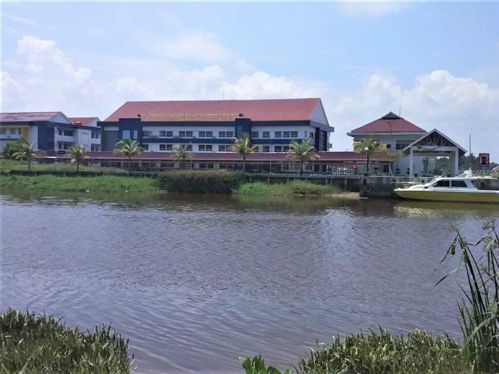Pemandangan sungai Kuala mempawah dari area taman