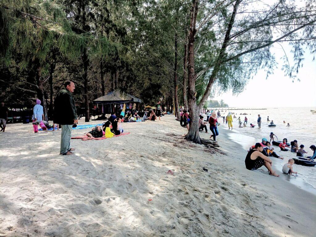 Banyak pengunjung yang datang bersama keluarga berlibur ke Pantai Sri Mersing