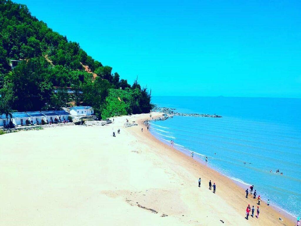 Pantai dengan pasir putih di area Mimi Land Singkawang
