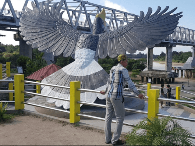 Patung burung enggang yang menghadap Sungai Kahayan