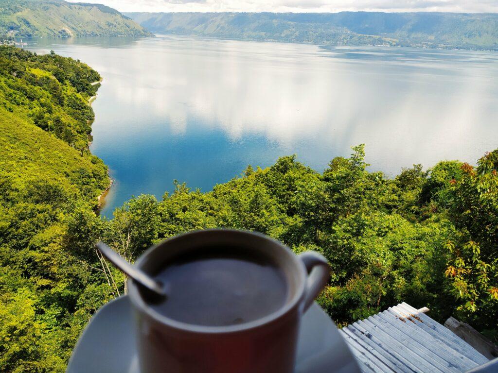Pengunjung dapat menikmati secangkir kopi sambil melihat Danau Toba dari kedai kopi di sekitar lokasi