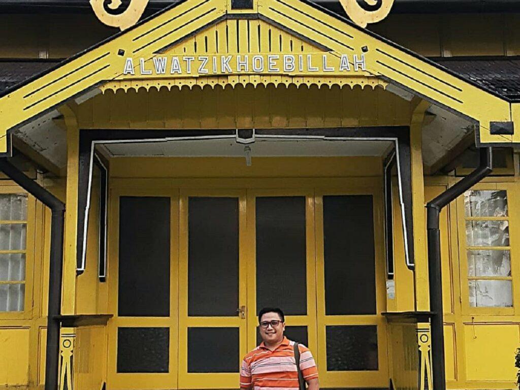 Pintu masuk bangunan utama Istana Kerajaan Kesultanan Sambas