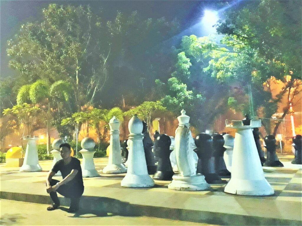 ornamen bidak catur menjadi hiasan taman