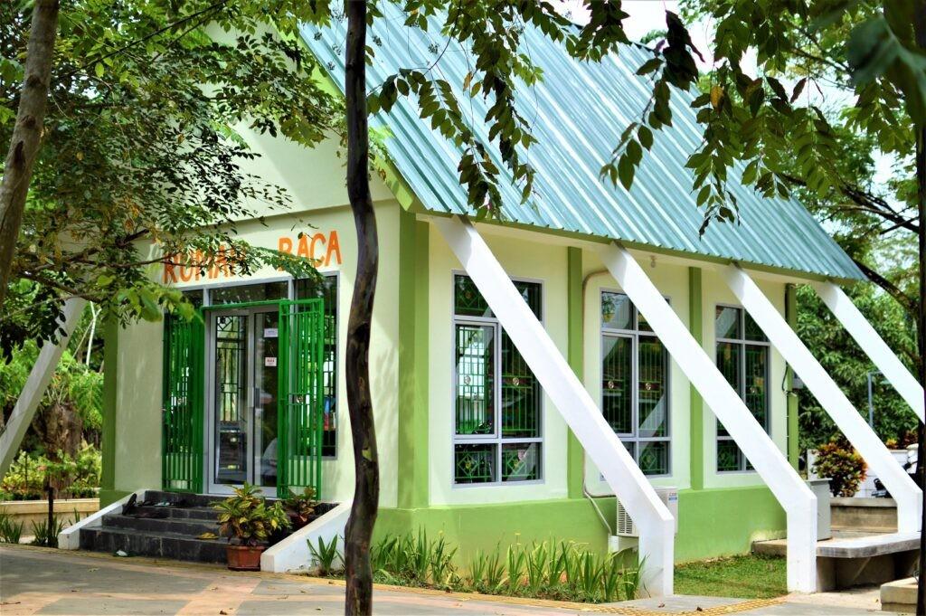 Rumah Baca yang berada di dalam taman