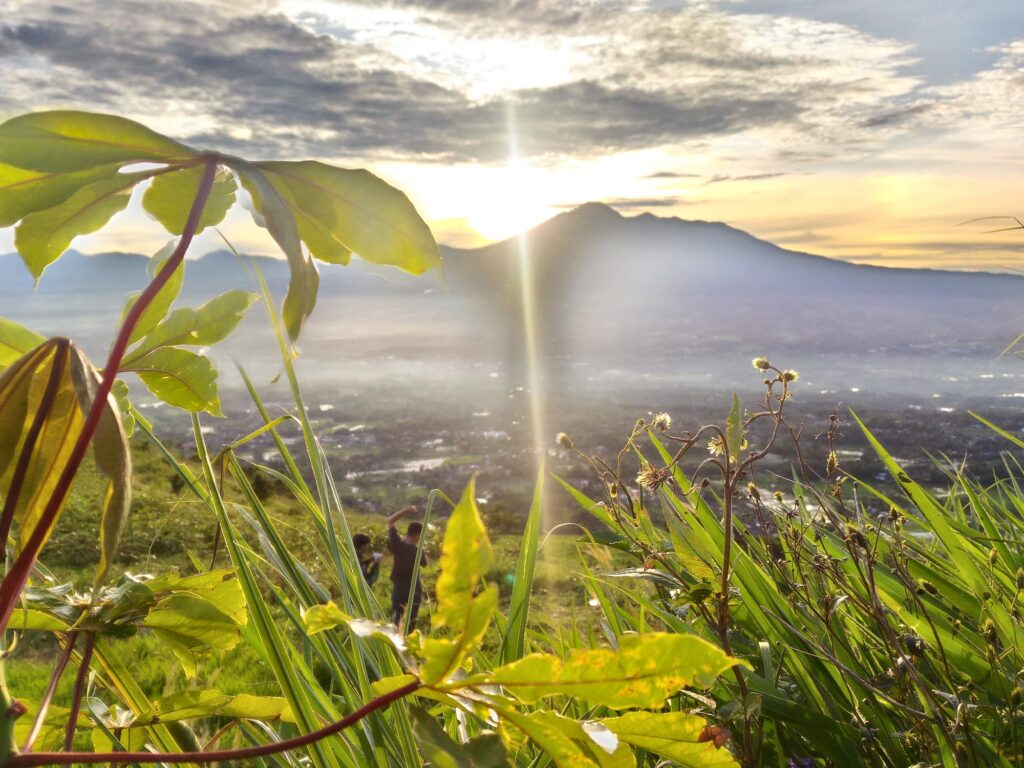 Sinar Matahari yang Mengintip dari Balik Gunung