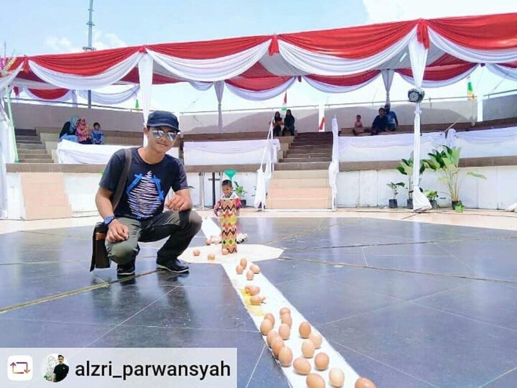 Telur yang dapat berdiri tegak di area Tugu Khatulistiwa Pontianak Kalimantan Barat - alzri_parwansyah