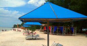 kursi pantai dan area bersantai di pantai cemara kembar