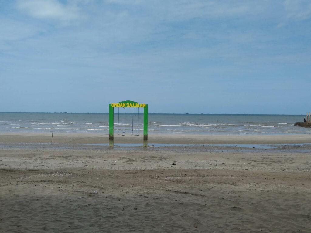 Ayunan pinggir Pantai dengan wahana ayunan