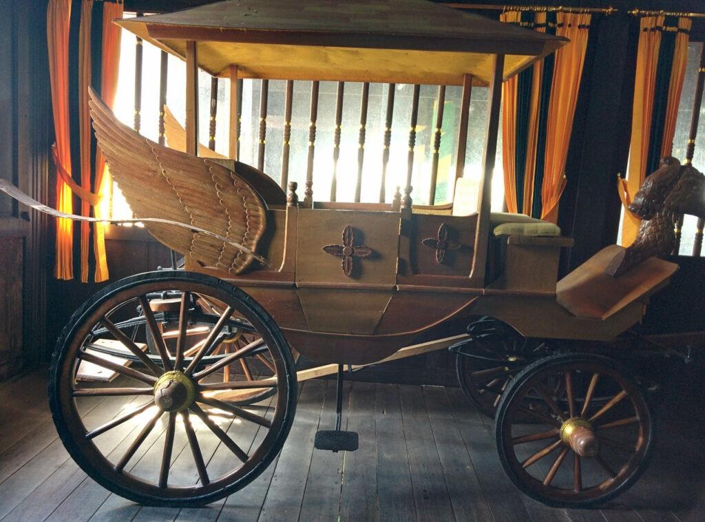 Kereta kuda peninggalan budaya kerajaan yang masih terawat