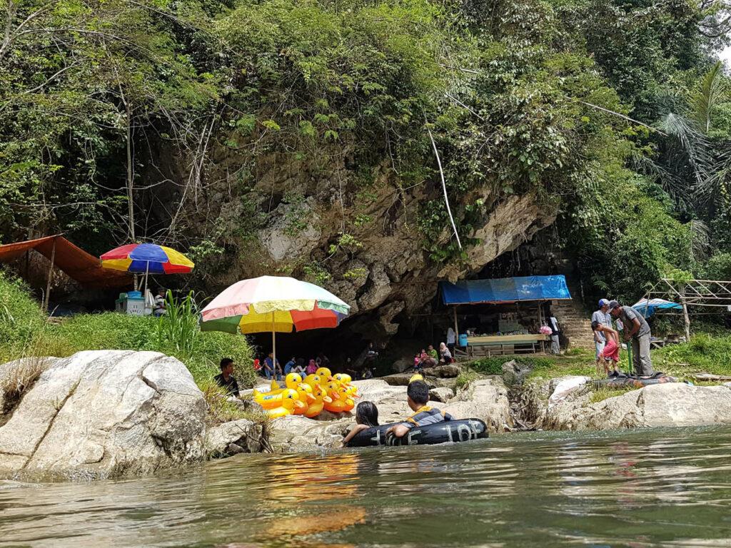 Pengunjung bisa berenang di sungai yang jernih