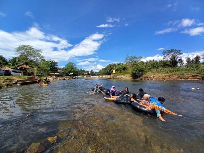 Berenang di aliran sungainya Manggasang