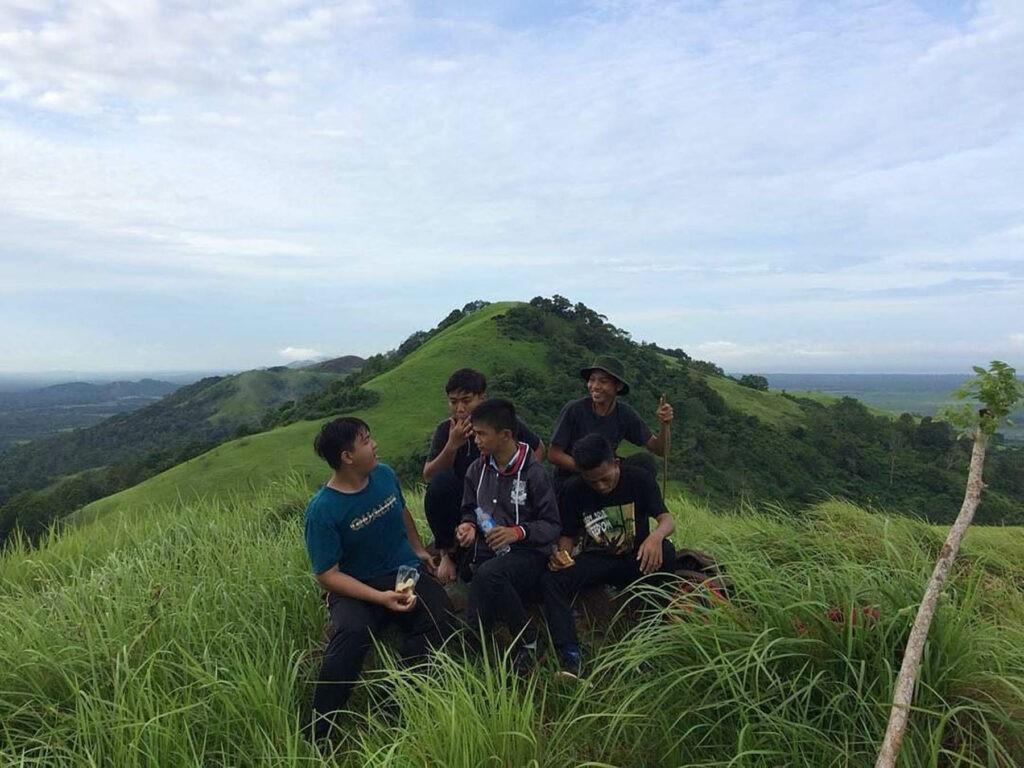 Melakukan swafoto bersama kawan di atas bukit