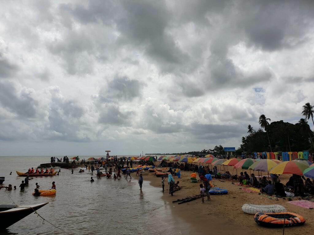 Pengunjung bisa melakukan aktivitas aiir di lautnya