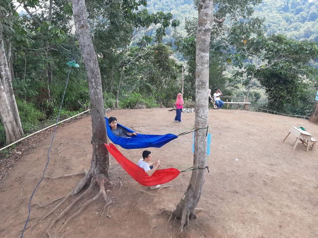 Pengunjung sedang bersantai di atas hammock