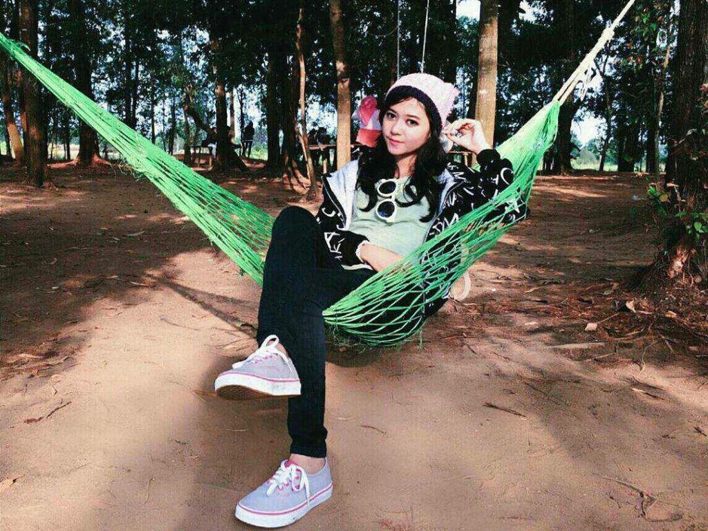 Bersantai di atas hammock di antara pepohonan