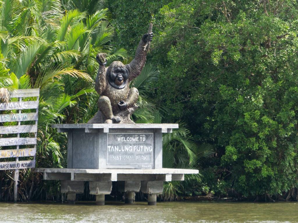 Ikon patung orang utan sebagai penyambut pengunjung