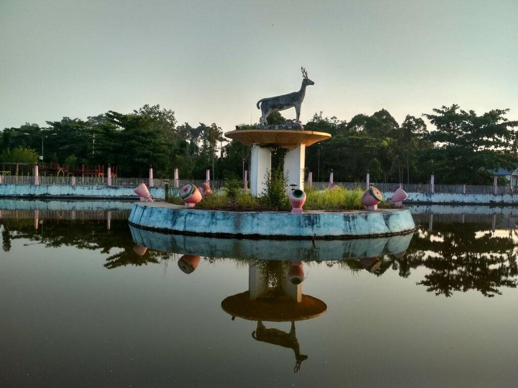 pengunjung bisa melakukan swafoto di depan ikon patung rusa