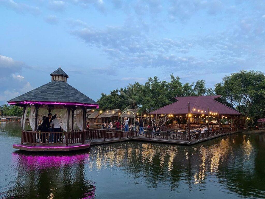 restoran diatas air tepi pantai bergaya tradisional