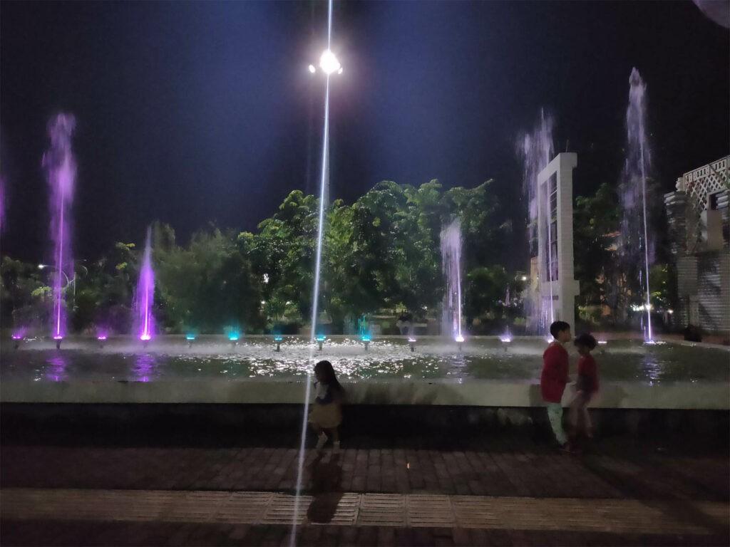 Menikmati indahnya air mancur di malam hari