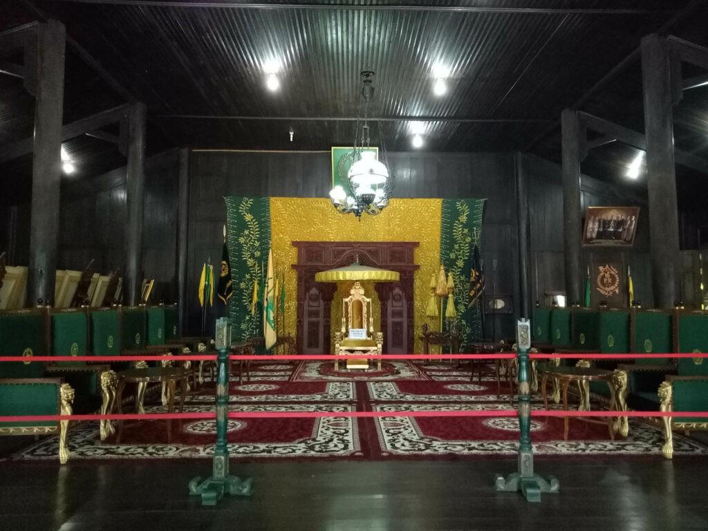 Benda peninggalan kerajaan di dalam bangunan Istana