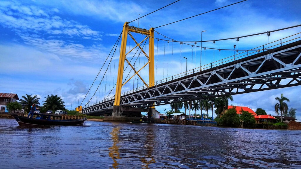 Jembatan Barito membentang di atas sungai Barito