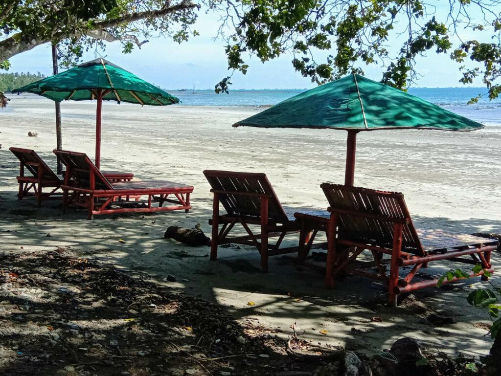 kursi-kursi pantai untuk bersantai