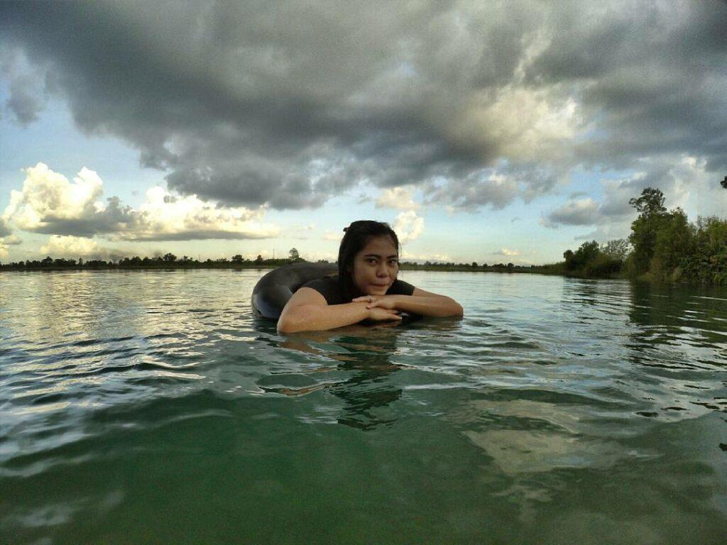 Pengunjung berenang di danau Seran