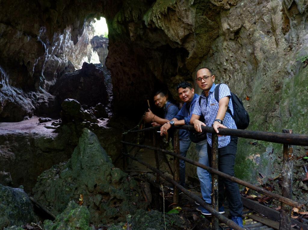 pengunjung sedang melakukan penjelajahan di dalam Goa Liang Tapah