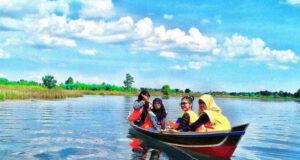 naik perahu kelotok di danau seran