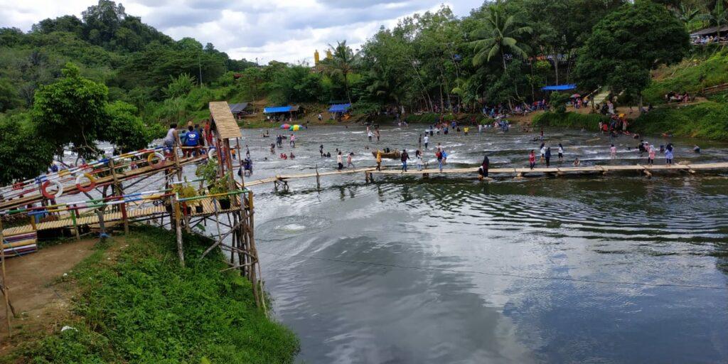 Suasana sekitar obyek wisata alam Riam Bajandik