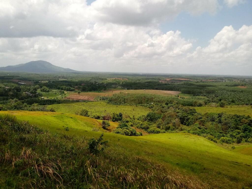 pemandangan memukau dari puncak bukit
