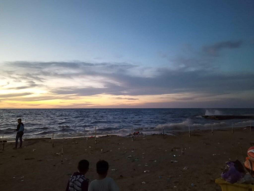 matahari terbenam yang indah di pantai takisung