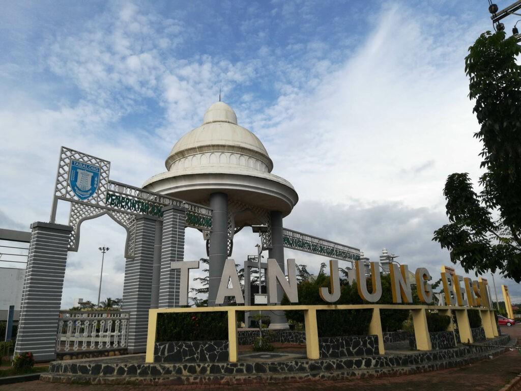 pintu gerbang berbentuk kubah di Tanjung Bersinar Park