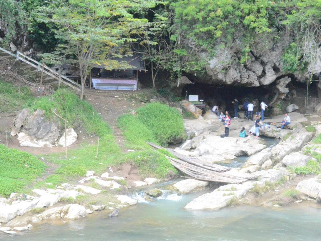 Masuk ke gua di Pagat Bukit Benawa
