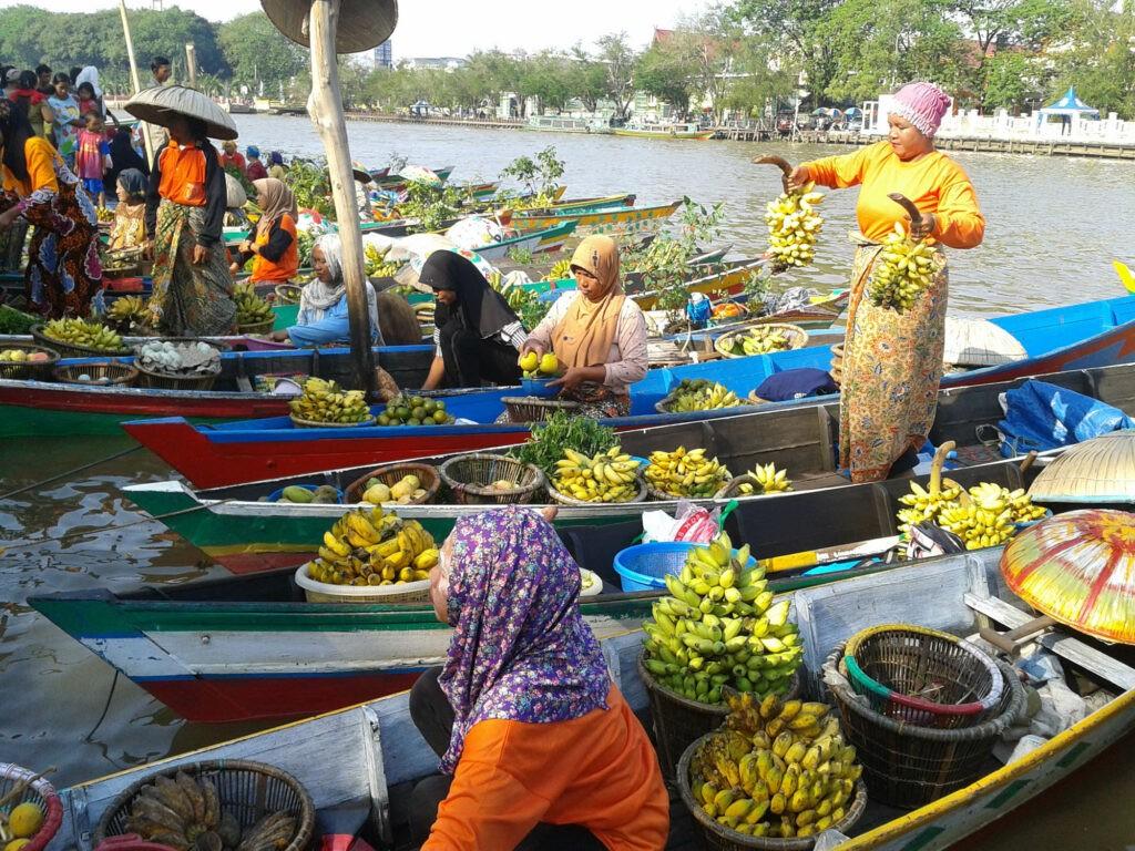 Para pedangang pasar apung menjajakan dagangannya bagian dari wisata klotok