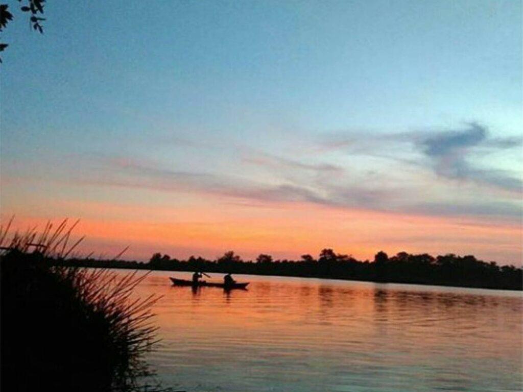 Menikmati senja mempesona di danau Seran
