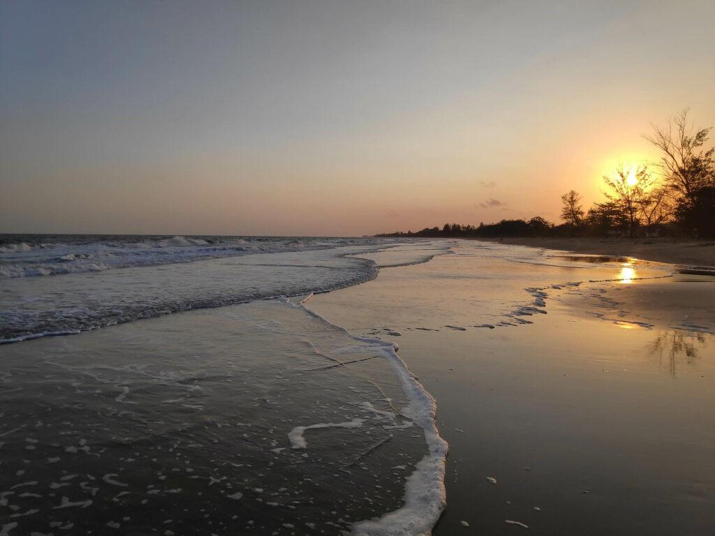 Suasana sunrise pagi hari yang indah di pantai angsana