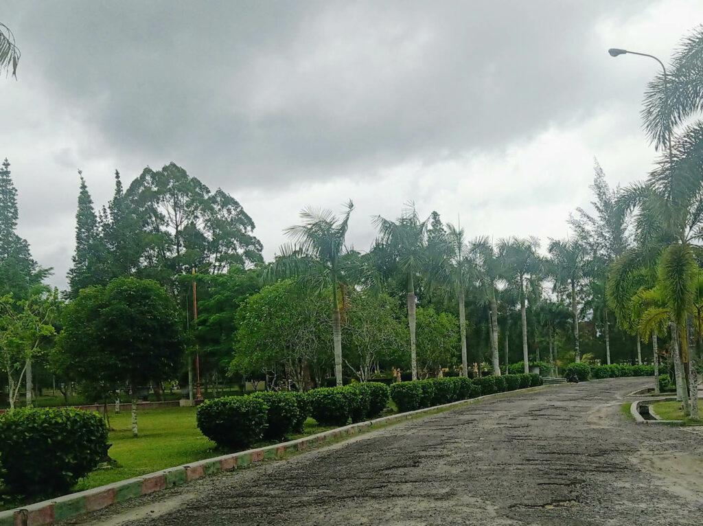 Taman di Pangkalan Bun Park yang dipenuhi pepohonan asri