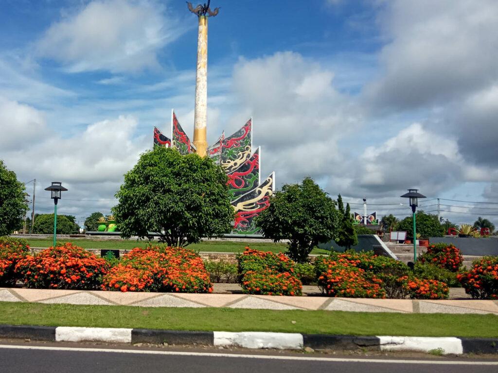 Taman asri di sekeliling Bundaran Besar Kuala Kapuas
