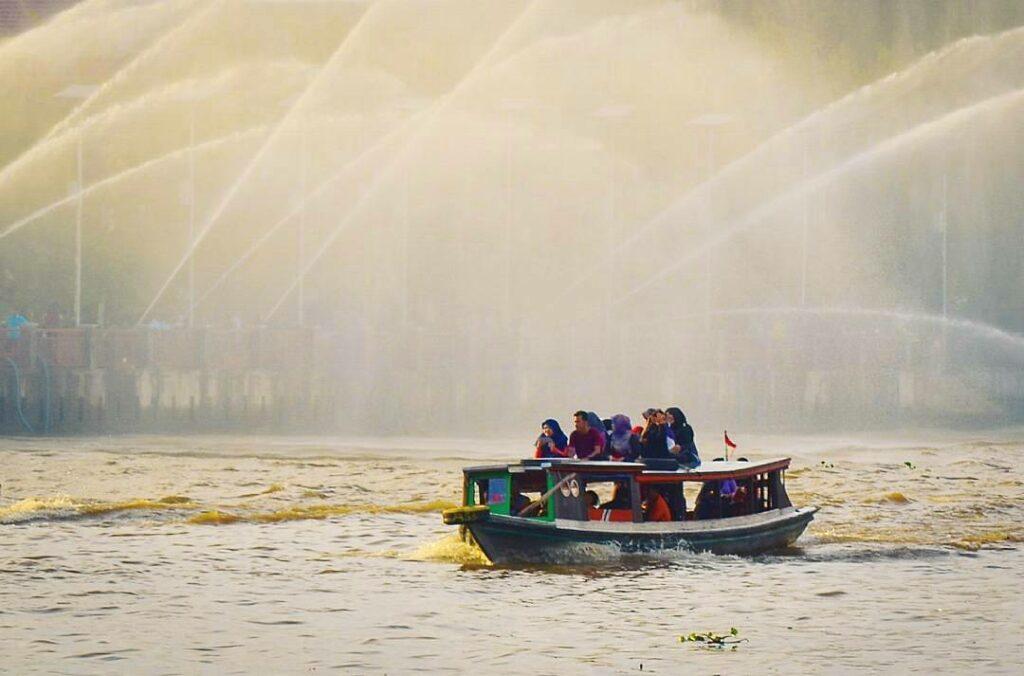 wisata klotok dengan naik kelotok keliling sungai martapura