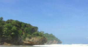 area tepi pantai yang berombak